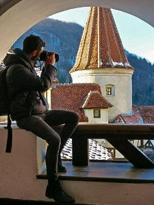 Pipeaway blogger Ivan Kralj photographing the Bran Castle in Bran, Romania, photo by Andrei-Paul Stefanescu