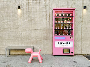 Pink Eero Arnio-style puppy stool next to the pink vending machine which is actually an entrance to Zampangi, one of the best dessert shops in Seoul, South Korea, photo by Ivan Kralj