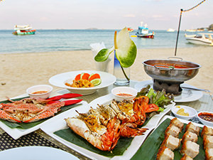 Steamed blue crabs, chargrilled tiger prawns and crispy pork belly served for dinner on Ao Noi Na, a sandy beach at Mooban Talay Resort, on Koh Samet island, Thailand, photo by Ivan Kralj