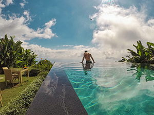 Pipeaway blogger Ivan Kralj leaning over the edge of the infinity pool at Munduk Moding Plantation, in Bali, Indonesia, photo by Ivan Kralj