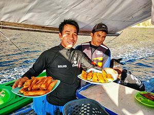 Tour guide and captain of Okoy, bangka serving the Coron Island Tour, prepare turon-jack, local snack with bananas and jackfruit, photo by Ivan Kralj